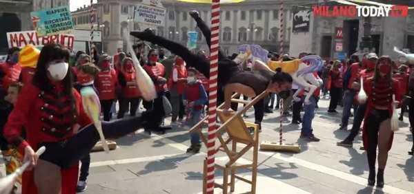 Milano clown e giocolieri in piazza Duomo