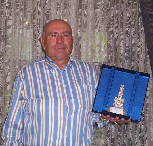Giulio Montico mostra il premio che consegnerà a Zapaschnj