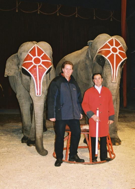 Pascal Formisano con Christoph Enzinger e i 2 elefanti