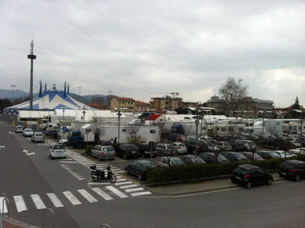 Super lavoro per il carroattrezzi, arriva il circo